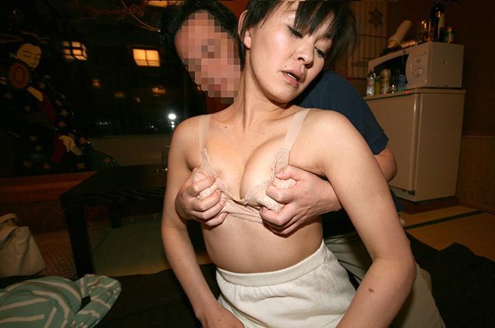 大きな乳房が恥かしいと言うちょ~っと飲ませばほろ酔い奥さん 主人と胸の話はしないで下さい