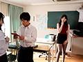 中出しで誘う先生に彼女がいるのに童貞を奪われたボク...。 香椎花乃