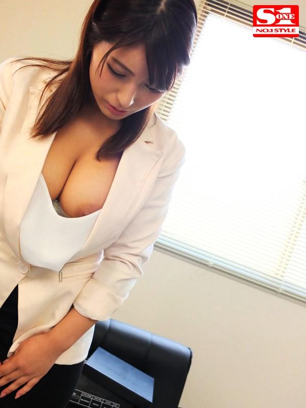 もしかして今日はノーブラ?美人OLが社内で美乳ポロリしてるぞ!